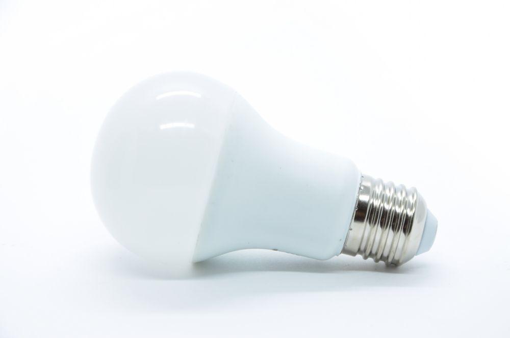 LAMPADA LED AUTODIMERIZAVEL 9W E27 BIVOLT - BRANCO QUENTE 3000K