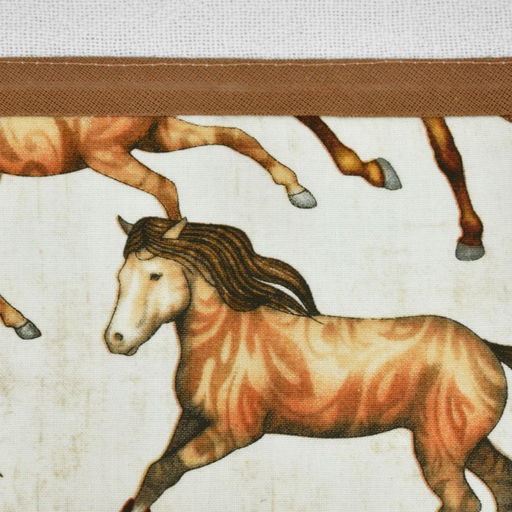 Pano de Prato Branco Estampa Bege com Cavalos Coloridos