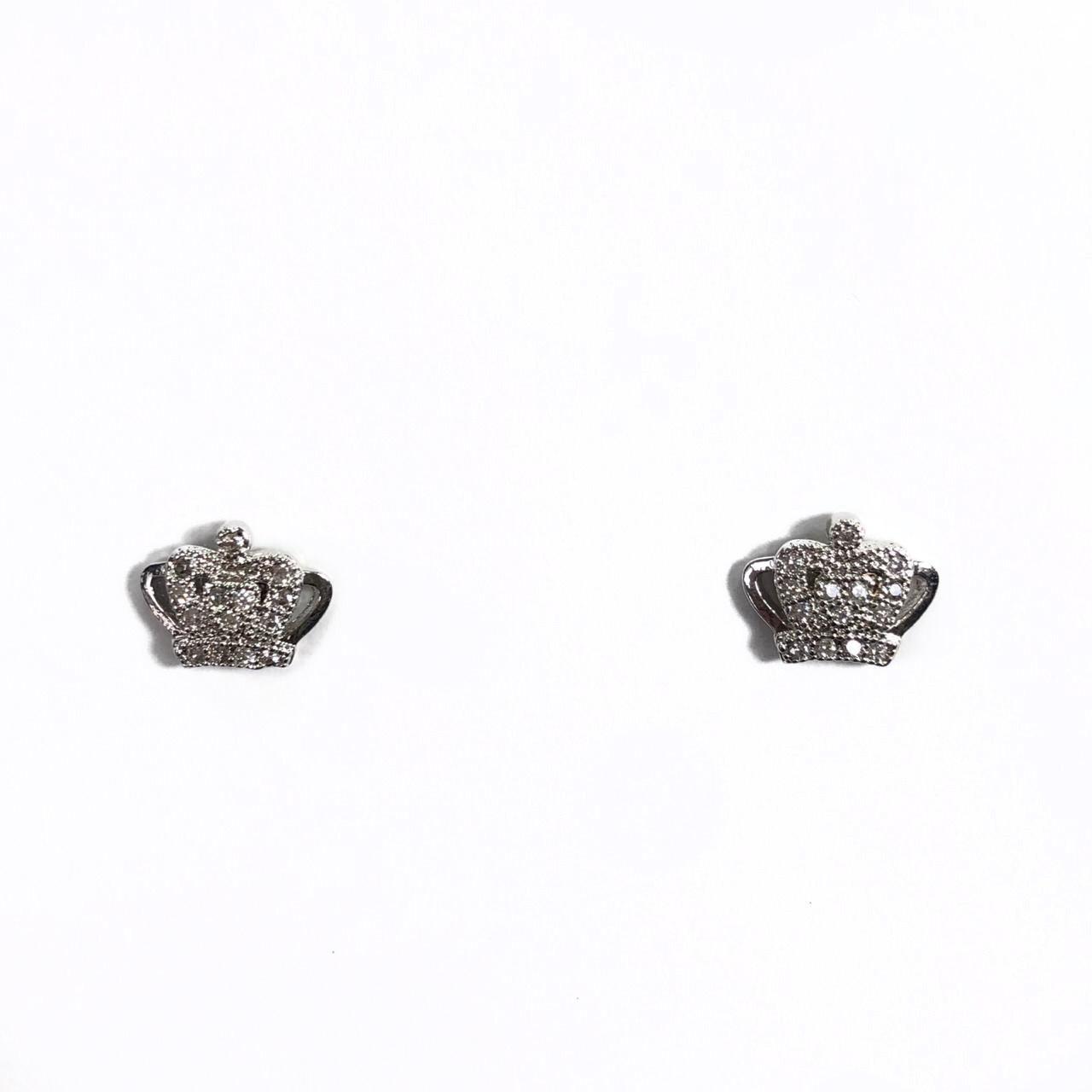 Brinco Coroa Pequeno Cravejado com Zircônias Branca Banho em Ródio