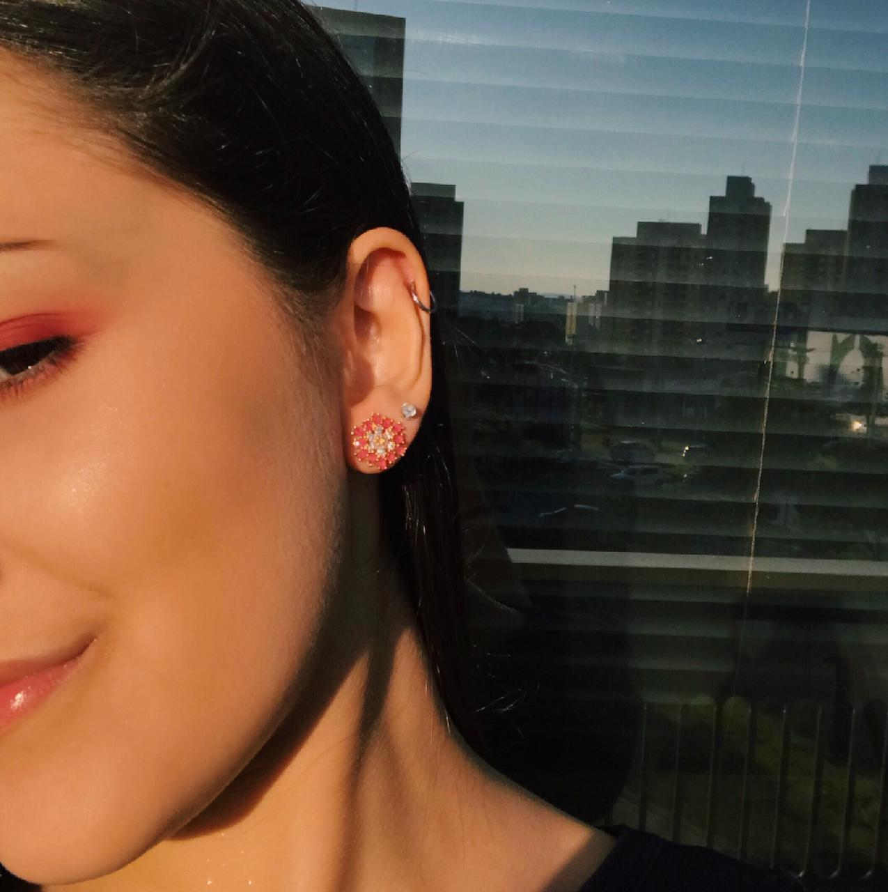Brinco Flor Microzircônias Brancas E Cristal Rosa Escuro Banho Em Ouro 18K