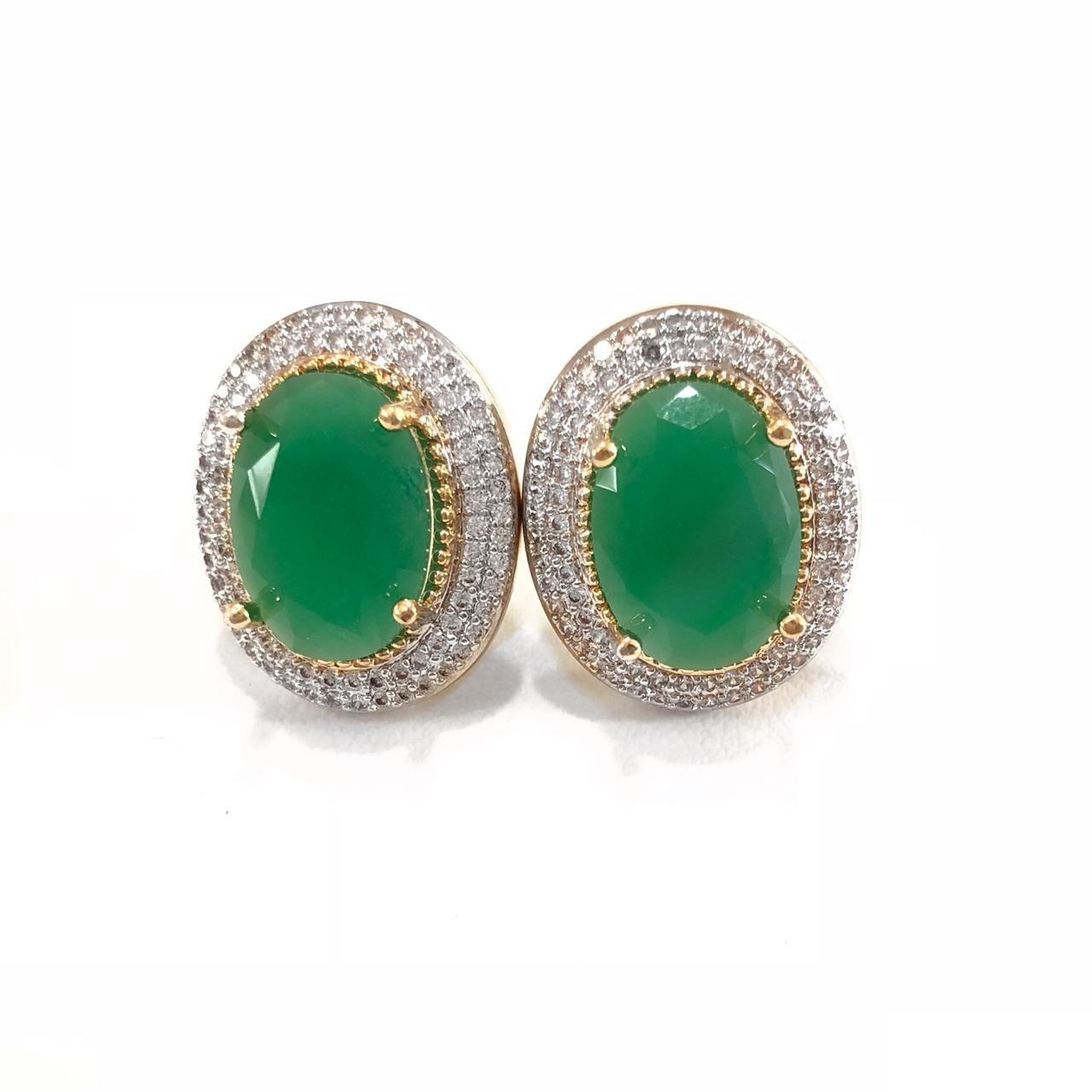 Brinco Oval Cravejado Zircônias Brancas E Cristal Verde Banho Em  Ouro 18K