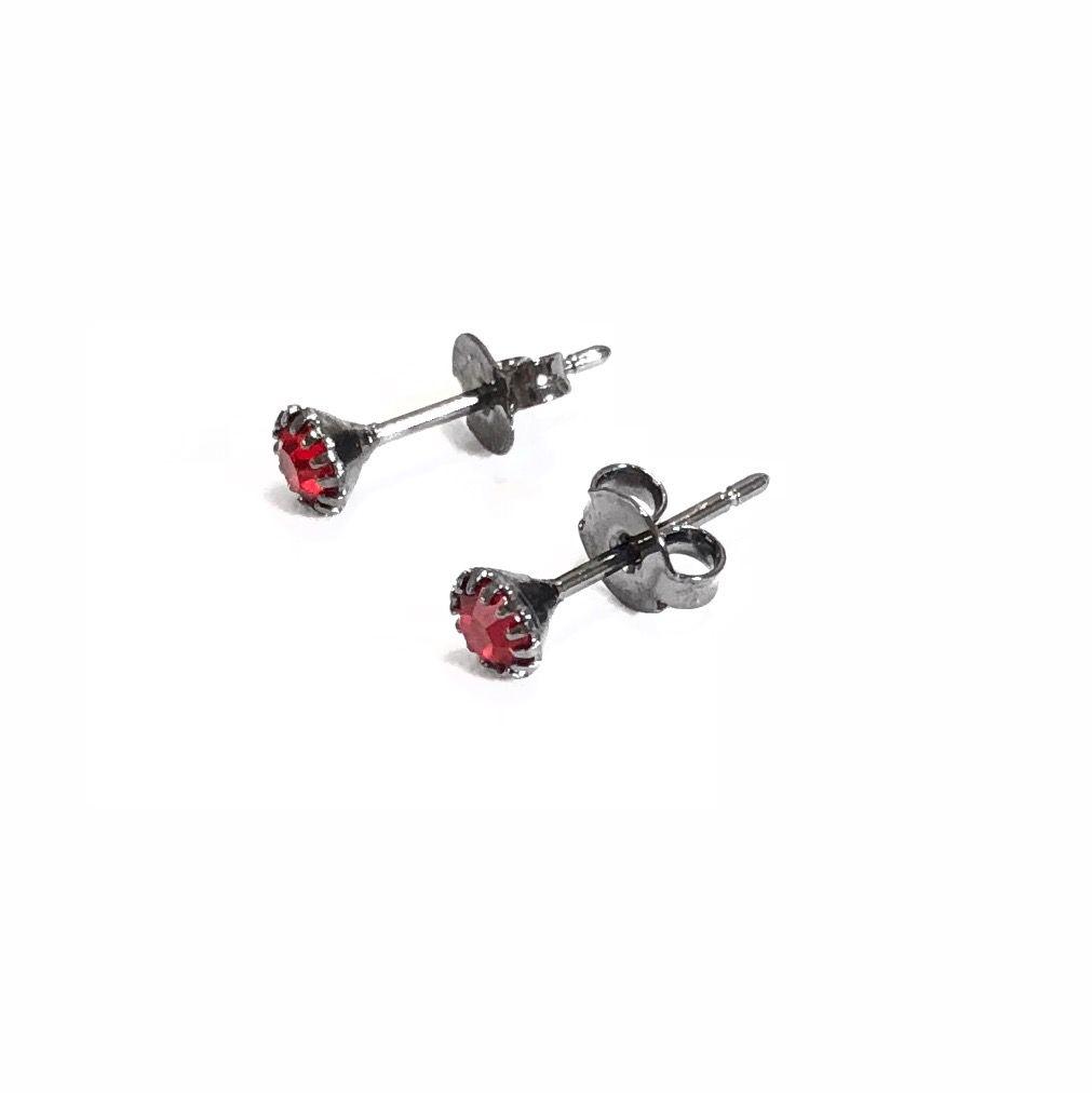 Brinco Ponto de Luz Pequeno Zircônia Vermelha Banho em Rodio negro