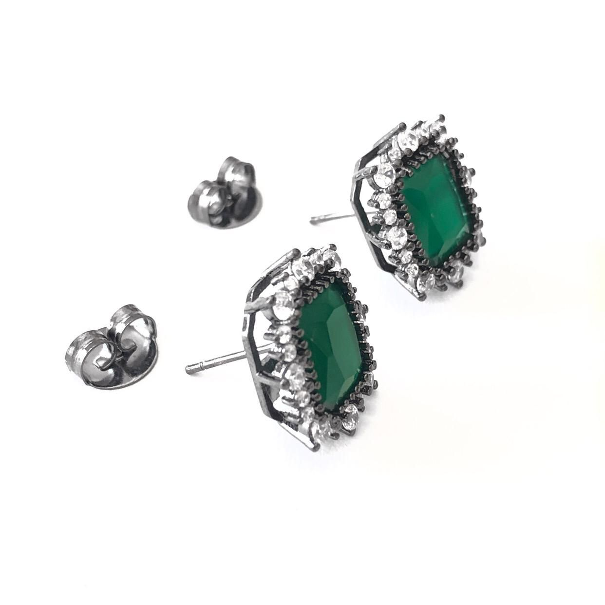 Brinco Quadrado Zircônia Verde Esmeralda Borda Cravejada com Zircônias Brancas Banho em Ródio Negro