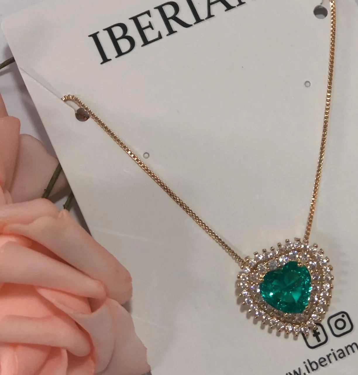 Colar Coração Cravejado em Zirconia Branca e Pedra Verde