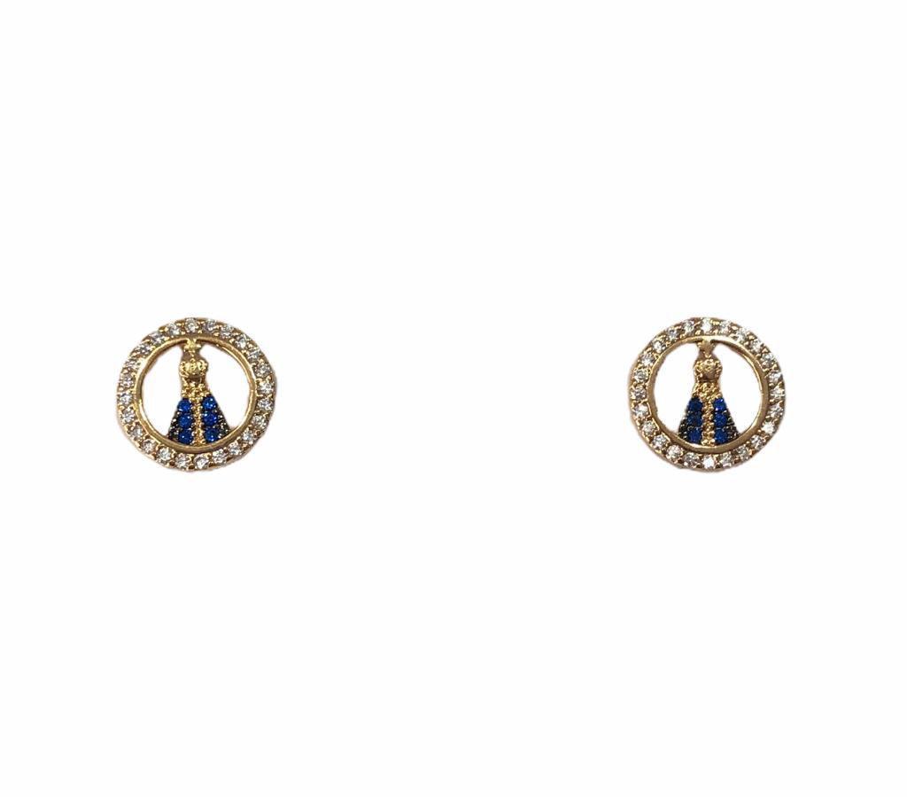 Mini Brinco Nossa Senhora Aparecida Cravejado com Zircônias Branca e Azul Banho em Ouro 18k