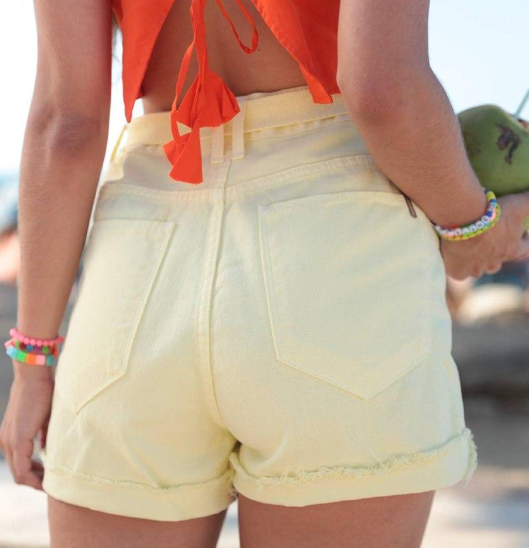 short colorê amarelo com cinto
