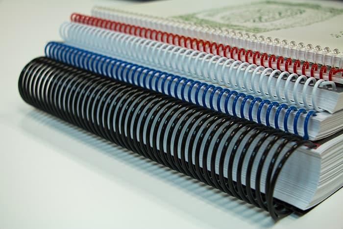 a) Espiral Diâmetro 7 mm capacidade 40 folhas - (100 peças)