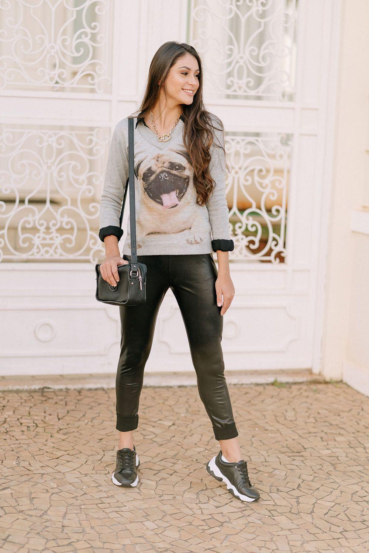 Blusa gola v moda teen com estampado de pug