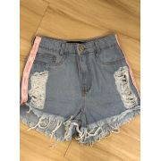 SHORT JEANS DESTROYED COM DETALHE NA LATERAL