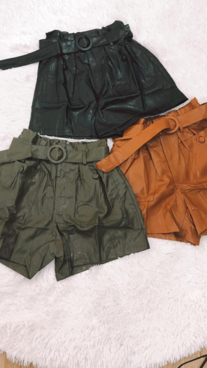 SHORT CLOCHARD DE COURO FAKE COM CINTO