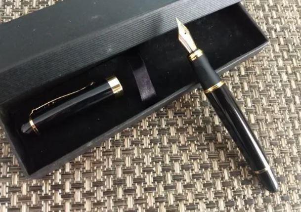 RPen Caneta Tinteiro Preta Translúcido Avermelhado com Detalhes Dourados.