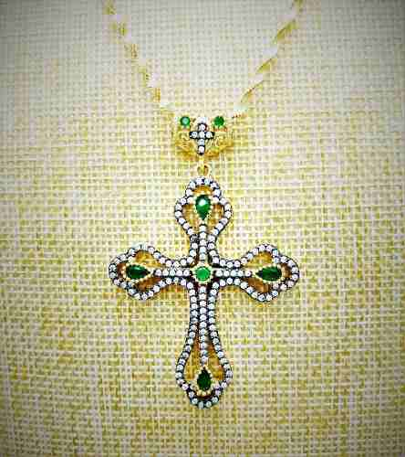 Cordão E Crucifixo Cristais Esmeralda Em Prata Com Banho Ouro 18K 2663A