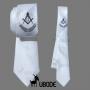 Gravata Slim branca com bordado central esquadro e compasso