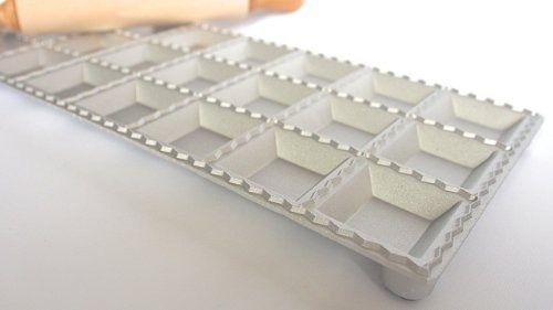 Molde para Ravioli Quadrado Alumínio 4,7 Cm Com Rolo Madeira Eppi