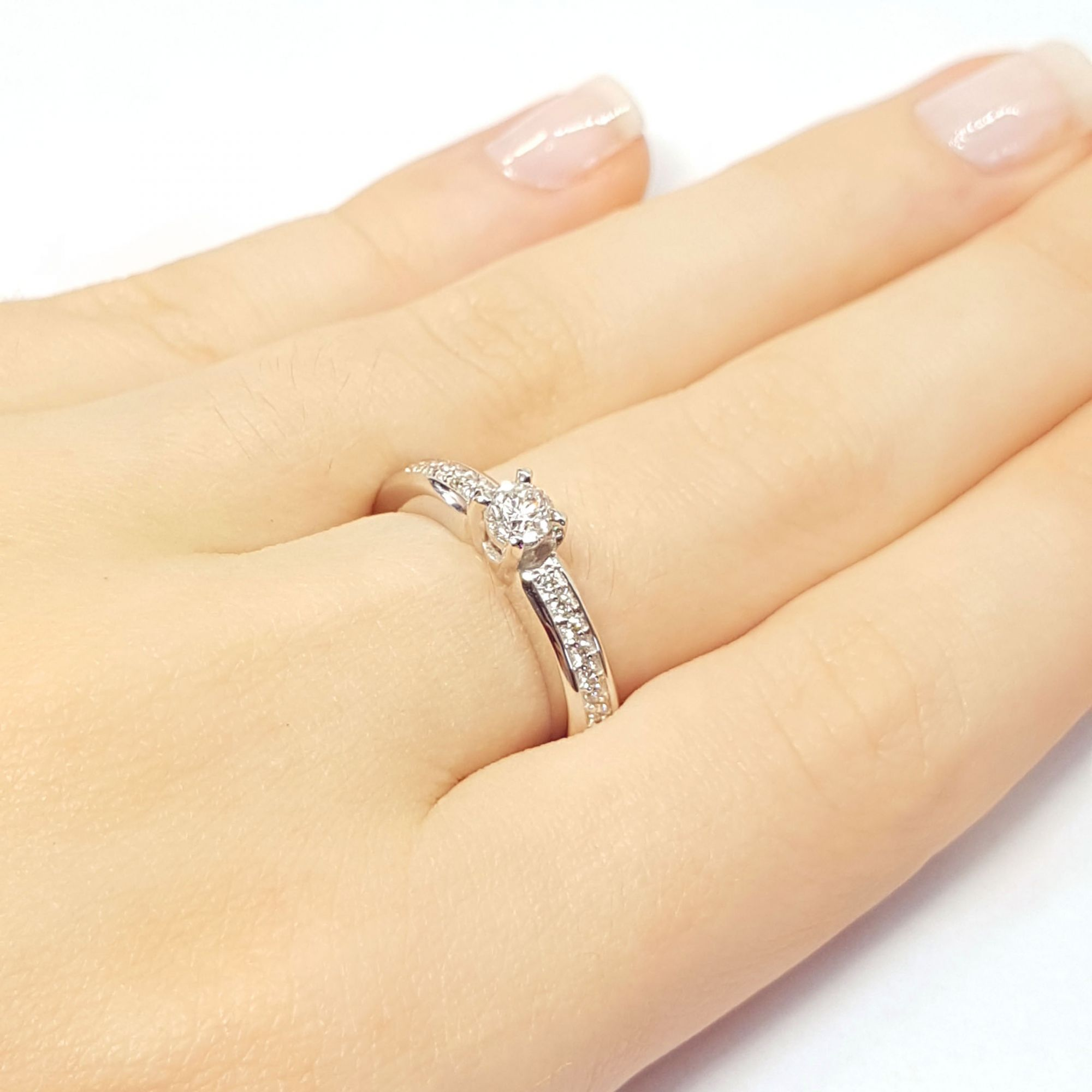 ... Anel Solitário Ouro 18k com Diamantes e Diamante Central de 28 pontos 86f5f43849