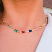 Colar com entremeios em cristais coloridos com detalhes em metal ouro 18k