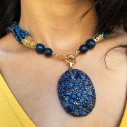 Colar torsade jade e cristal azul marinho com pingente jade e espinélio, banhado ouro 18K e RÓDIO Negro.