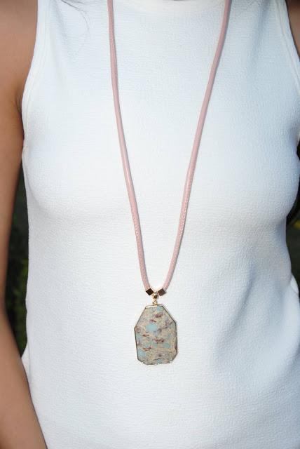 Colar pedra turquesa australiana , com detalhes em couro rosê italiano e metal banho ouro 18k.