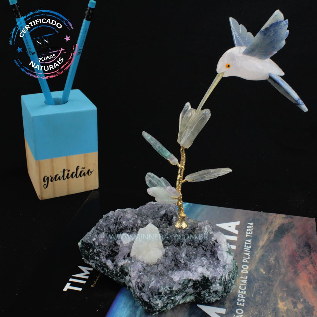 Beija FLOR de Quartzo Rosa com Quartzo AZUL (FLOR de Fluorita) em Drusa de Ametista (0,832KG; ALT: 21,2CM; COMP: 12,1CM; LARG: 9,4CM)