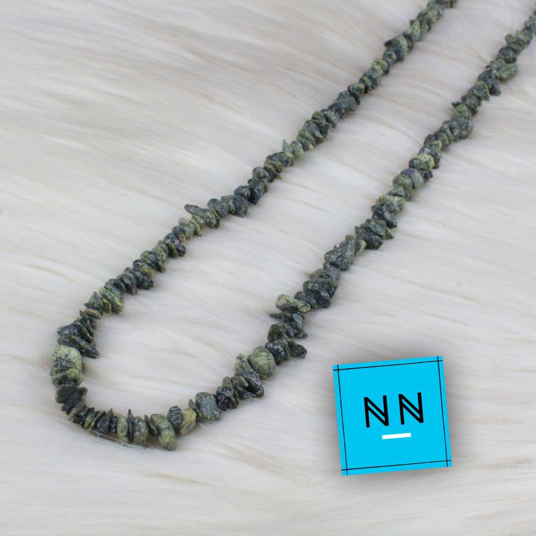 Colar em Cascalho de Pedra do Infinito (serpentina VERDE-ESCURO) IN Natura