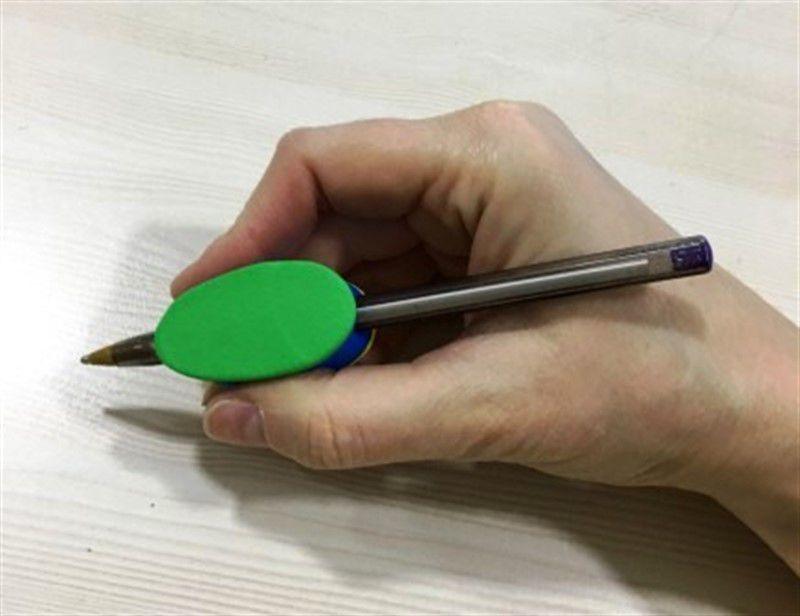 Facilitador de escrita engrossador modelo Tijolinho para auxiliar pessoas com necessidades especiais