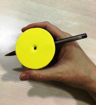 Facilitador escrita com engrossador modelo Jolu para atender pessoas com necessidades especiais