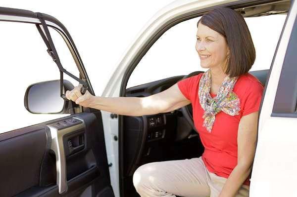 Alça para auxiliar pessoas a sairem de veículos