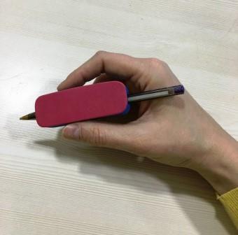 Facilitador de escrita engrossador modelo bolacha para auxiliar pessoas com necessidades especiais