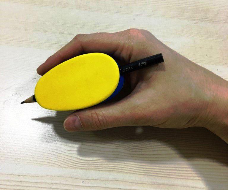 Facilitador de escrita modelo Tijolinho maior para auxiliar pessoas com necessidades especiais