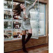 Conjunto feminino Tweed saia e blusa com fios dourados e aplicações de pérolas.