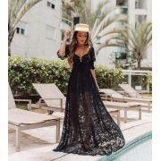 Vestido longo preto estilo princesa rendado com mangas bufantes.