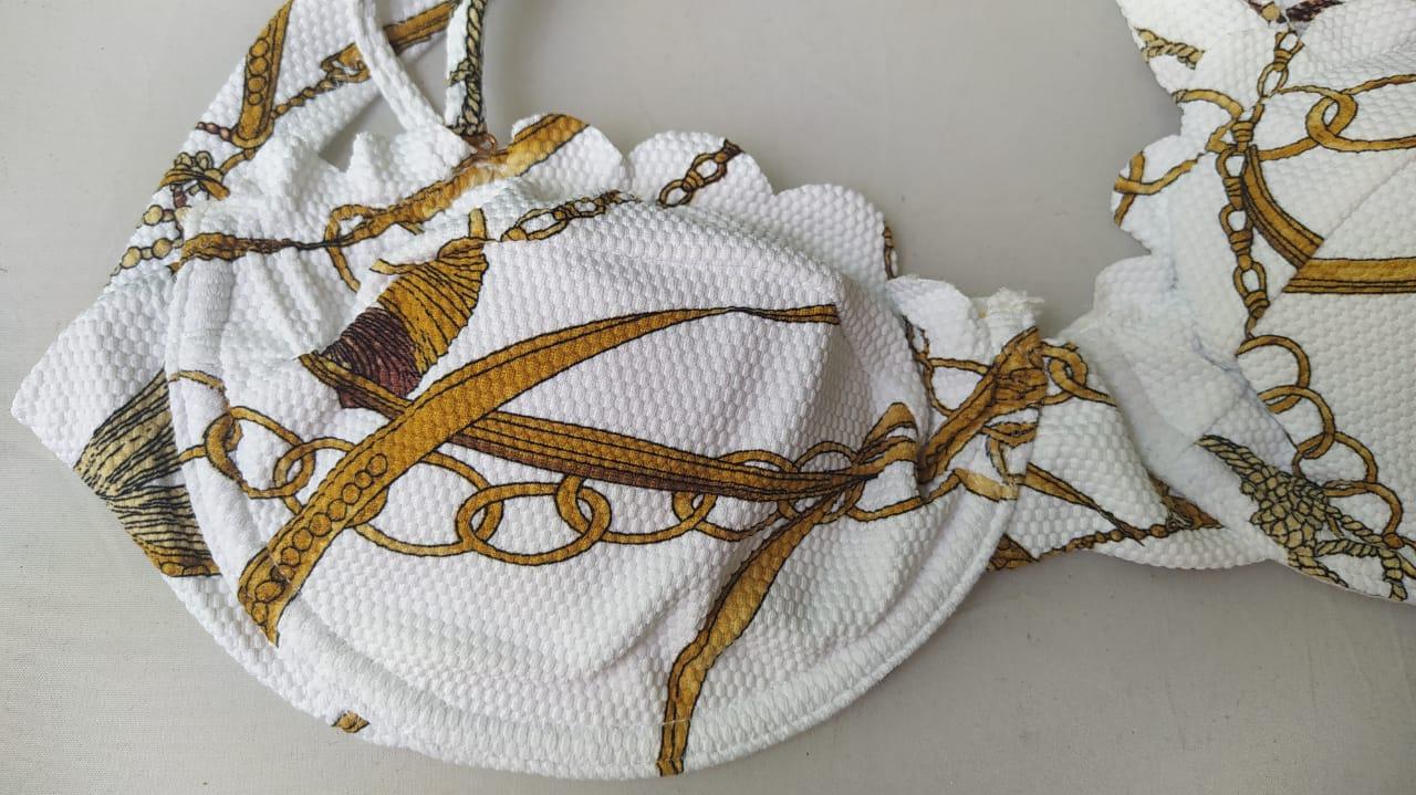 Biquíni branco top aro meia taça estampa corrente elos.