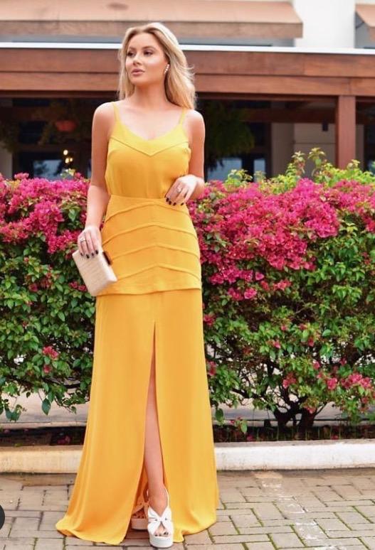 Conjunto feminino minimalista saia longa com fenda e top na cor coral.
