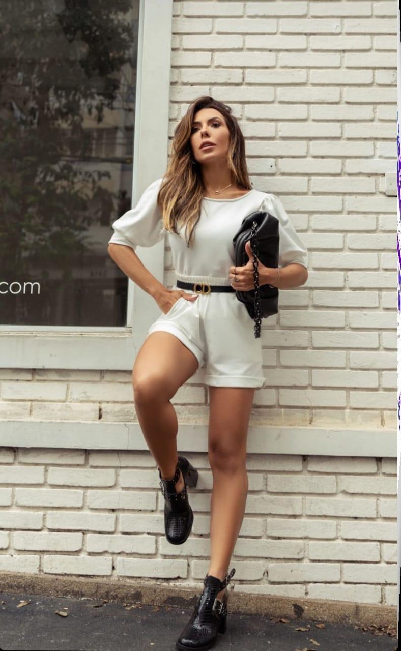 Conjunto feminino moletinho off white shorts e blusa princesa