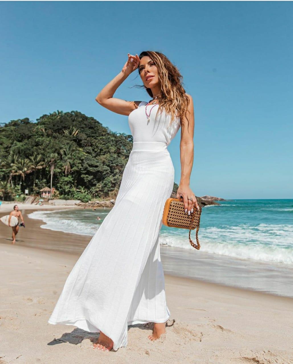 Conjunto Modal Resort Branco off white saia longa e blusa decote quadrado.