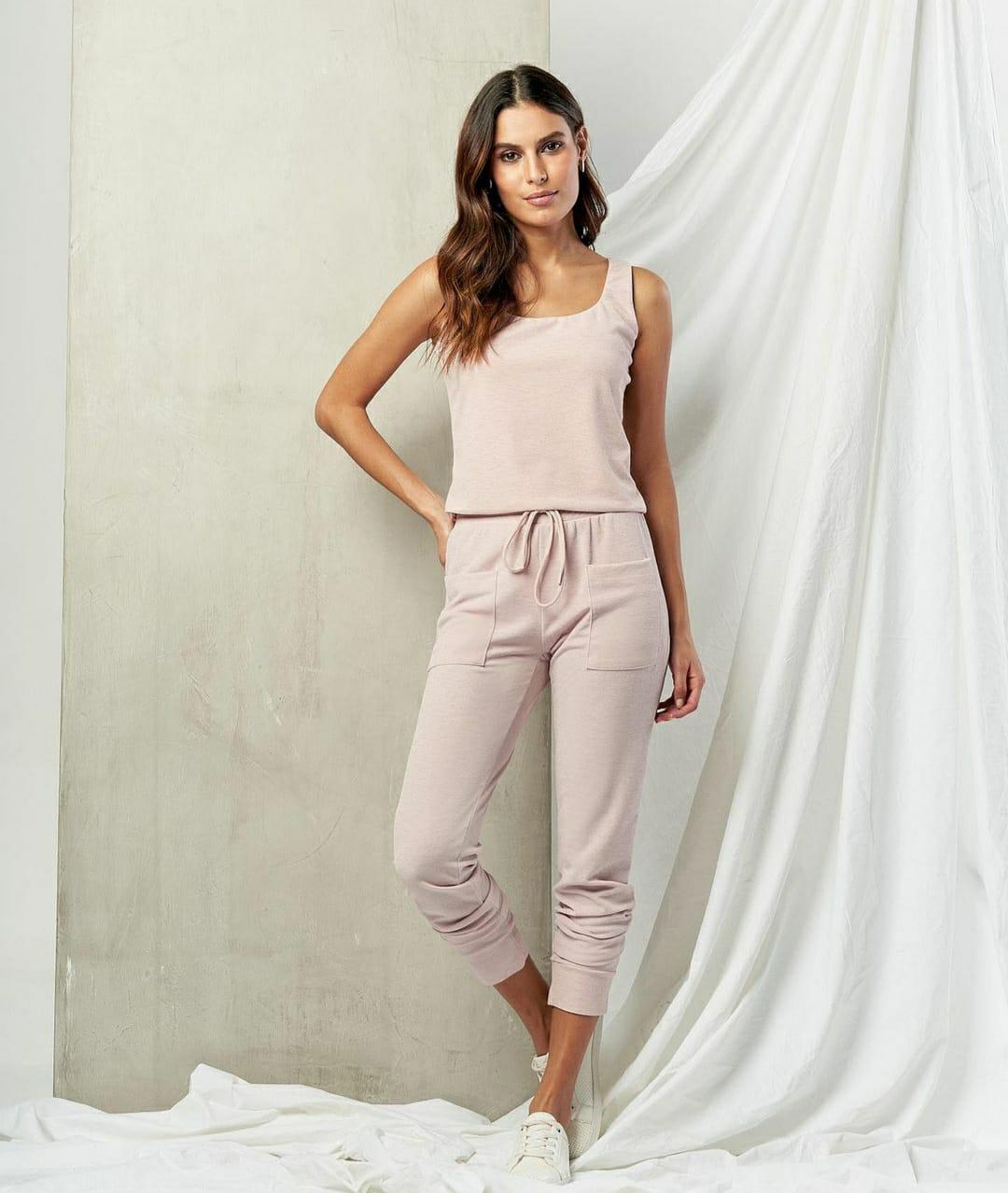 Conjunto off white calça jogger e blusa alças quadrada lurex