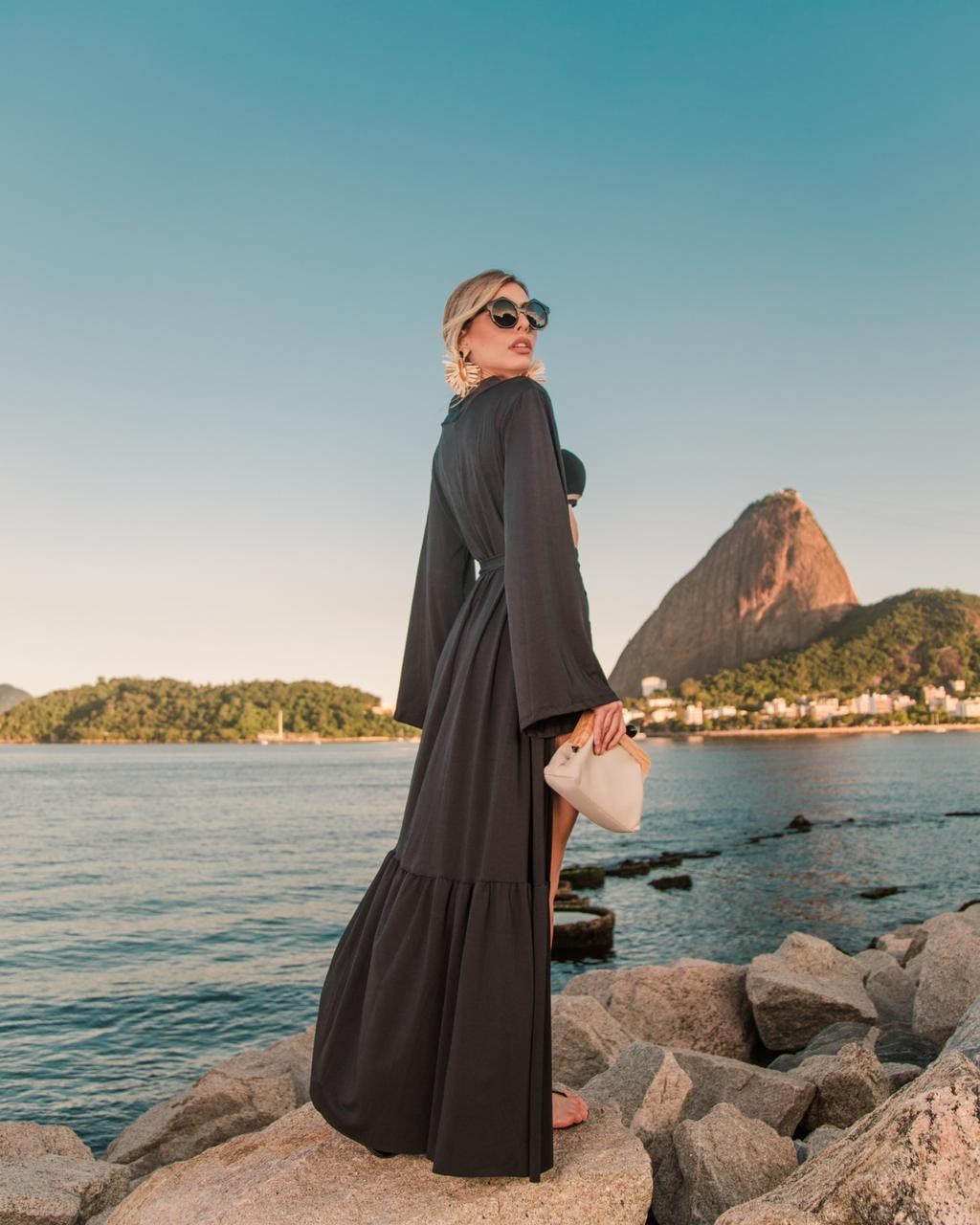 Saída de praia longa preta lisa saia babado manga ampla