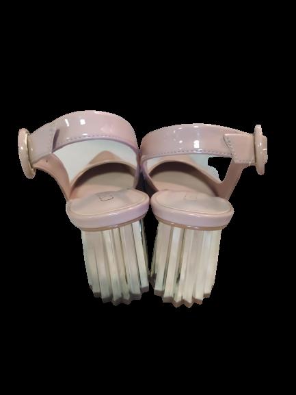 Scarpin aberto rosê nude salto bloco dourado
