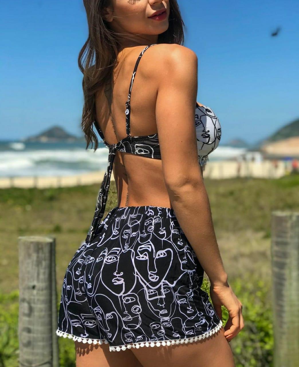 Shorts saída de praia preto e branco pompons