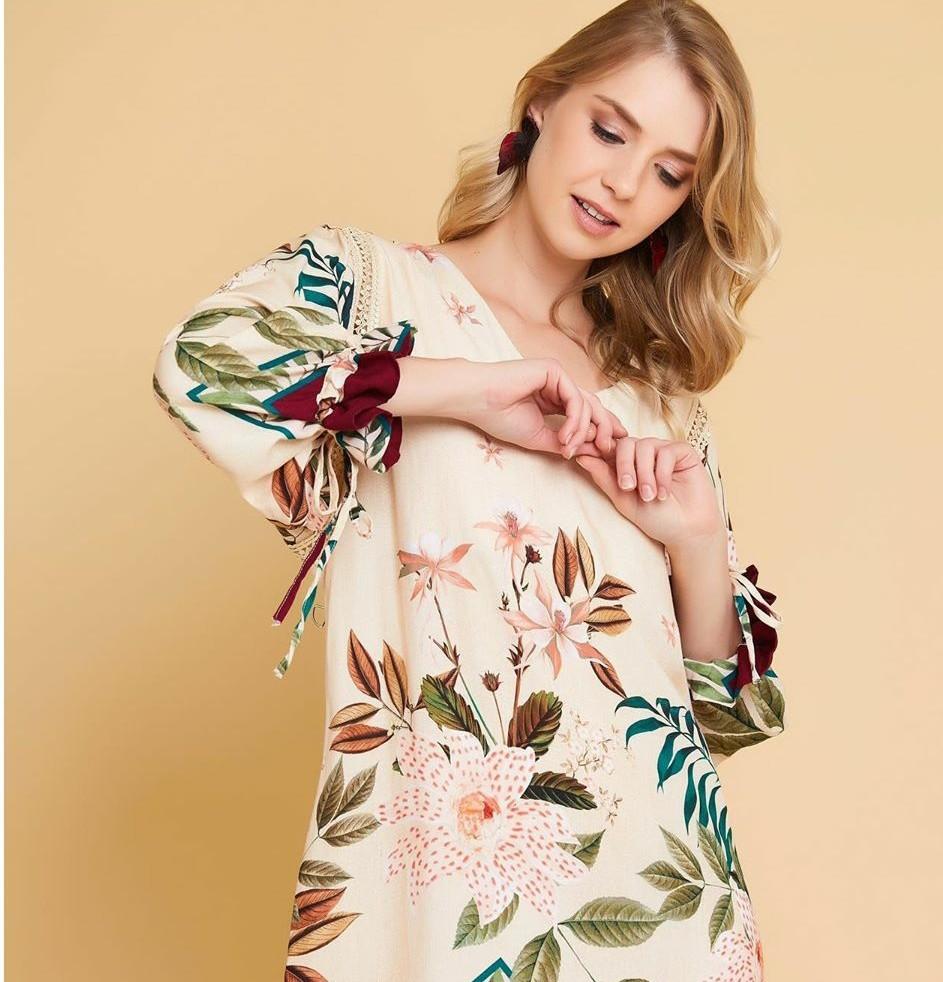 Vestido bata estampa floral e folhagens