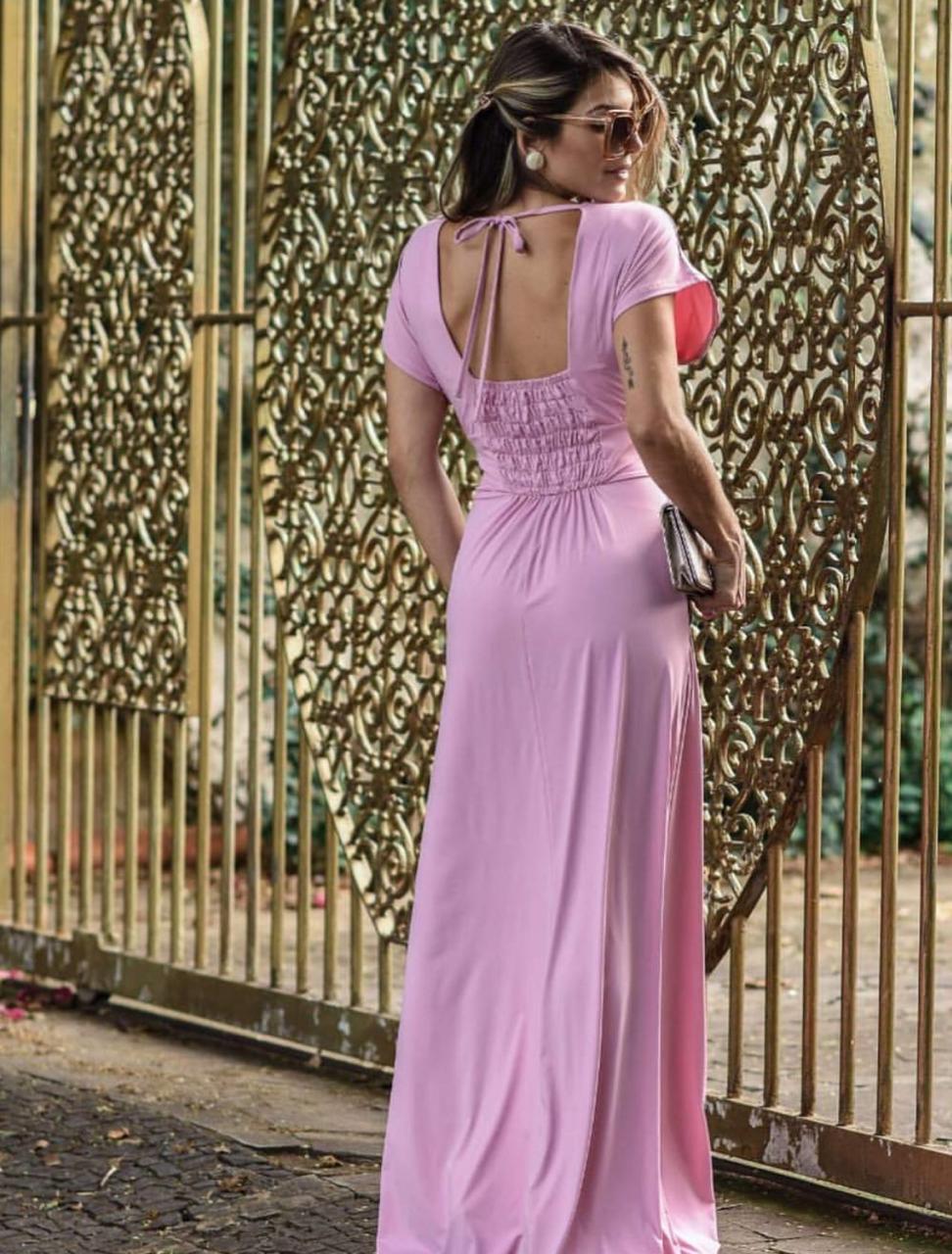 Vestido longo fluído na cor pink com manguinhas e decote V em tecido poliamida digital exclusivo. Tamanho único, veste do 38 ao 44.