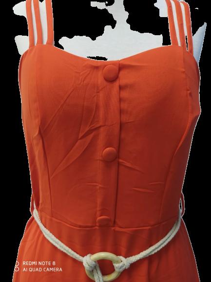 Vestido longo laranja com alças triplas e botões, acompanha cinto.