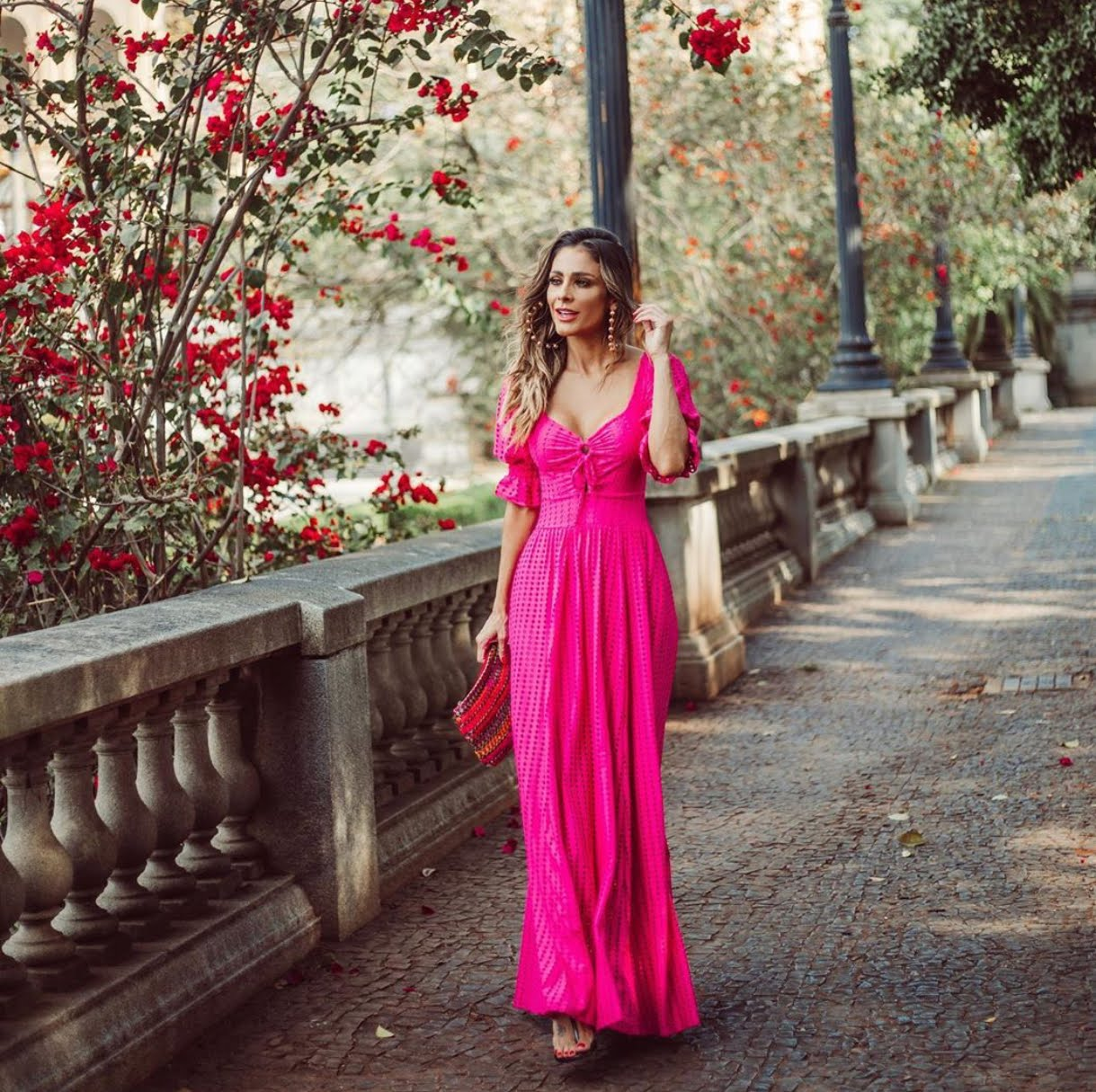 Vestido longo princesa em laise mangas bufantes cor pink.