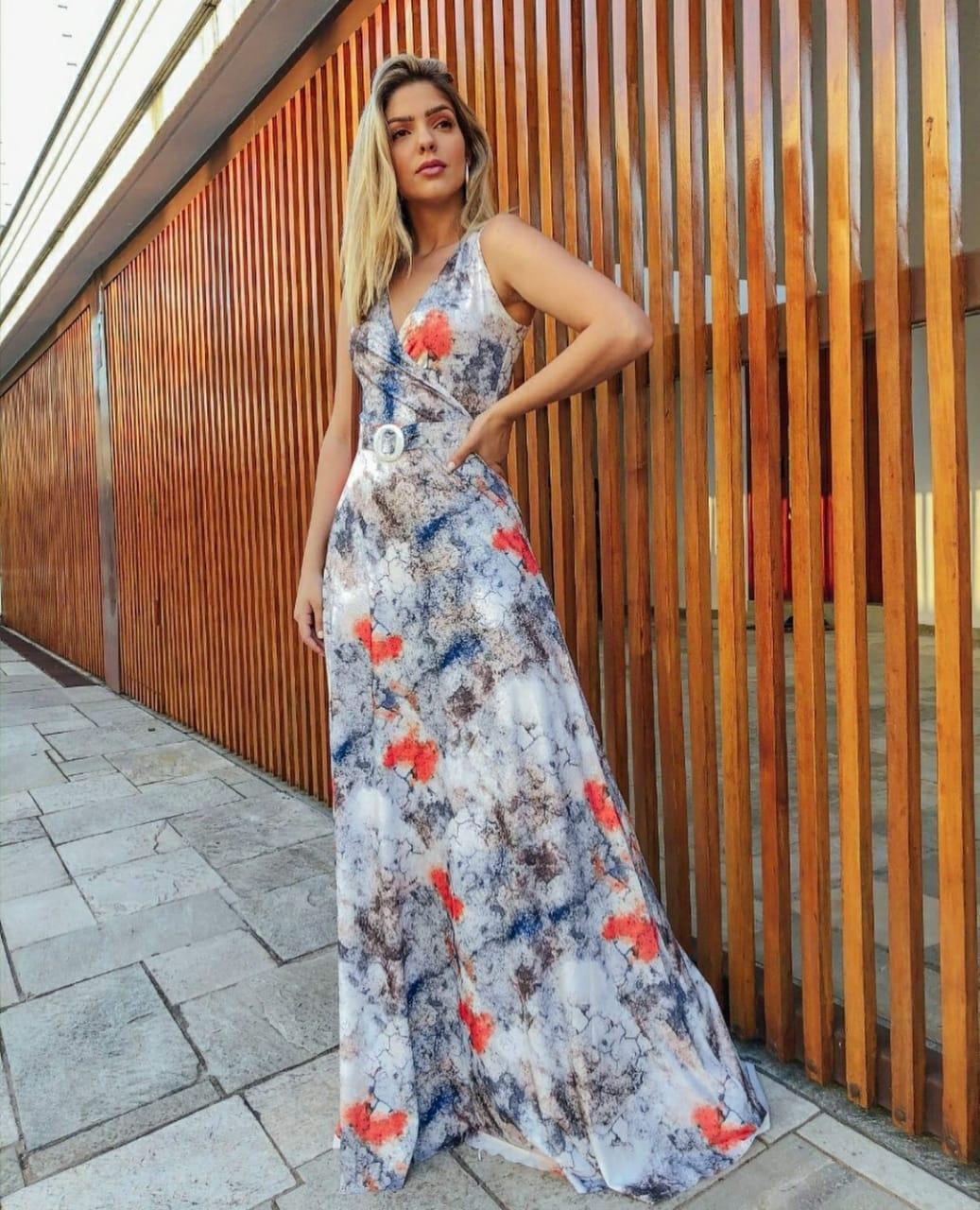 Vestido longo transpassado estampa abstrata com cinto