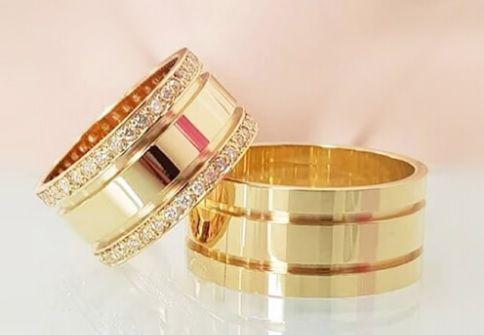 Aliança  para casamento ouro amarelo com pedras  Peso 18 gramas o par Largura 8mm- WM10046