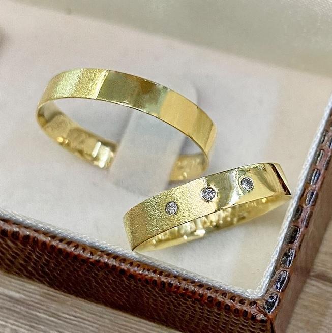 Alianças de Ouro 18k com Diamantes -4mm e 3,8 G - WM9331