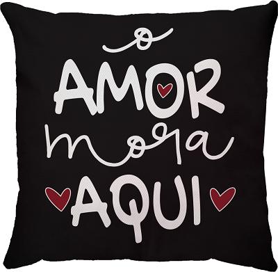 Capa de Almofada O Amor Mora Aqui Fundo Preto 45x45