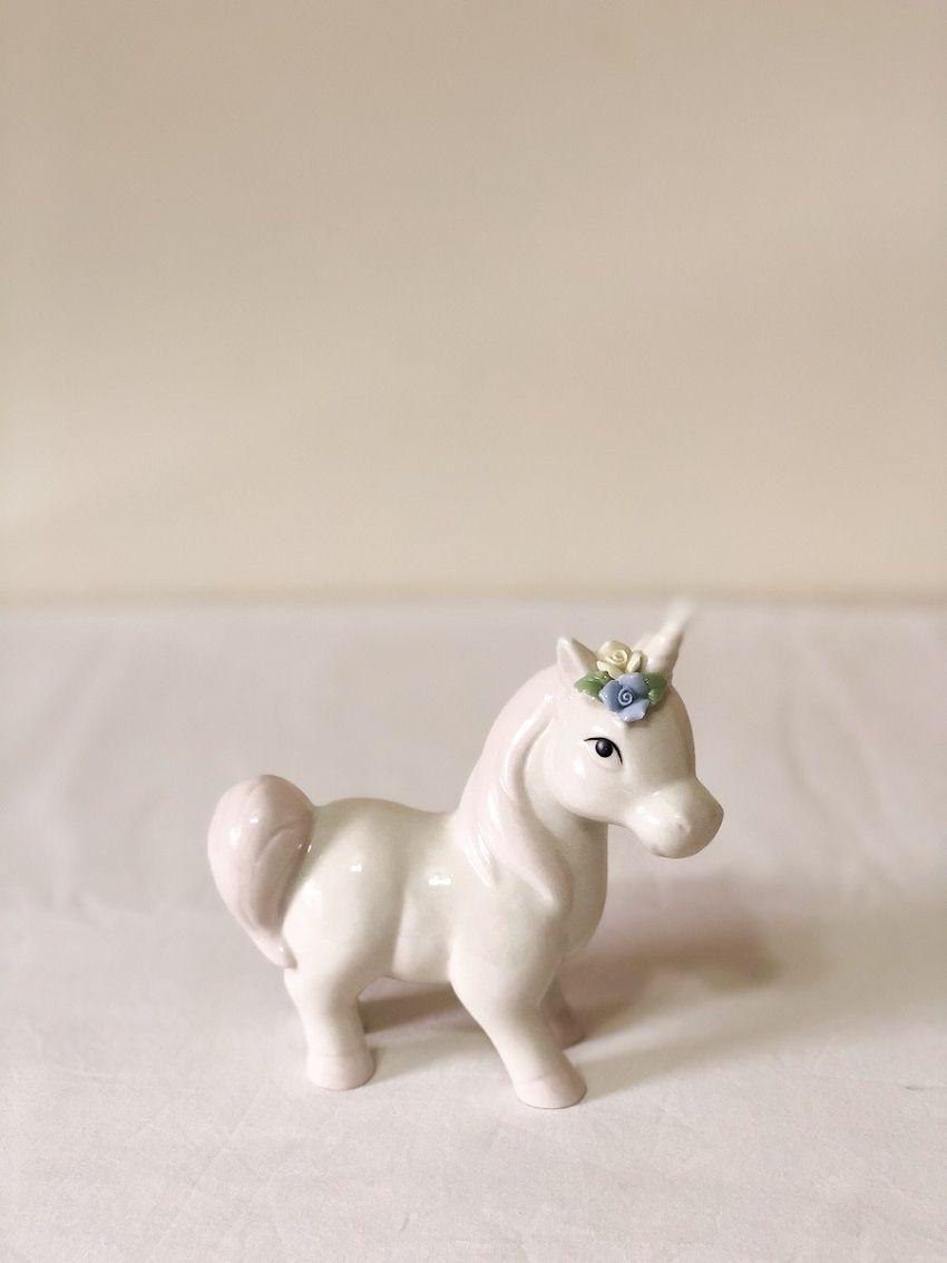 Unicórnio de Porcelana Rosa/Branco Medindo:12cm Comp x 6cm Larg x 13,5cm Alt.