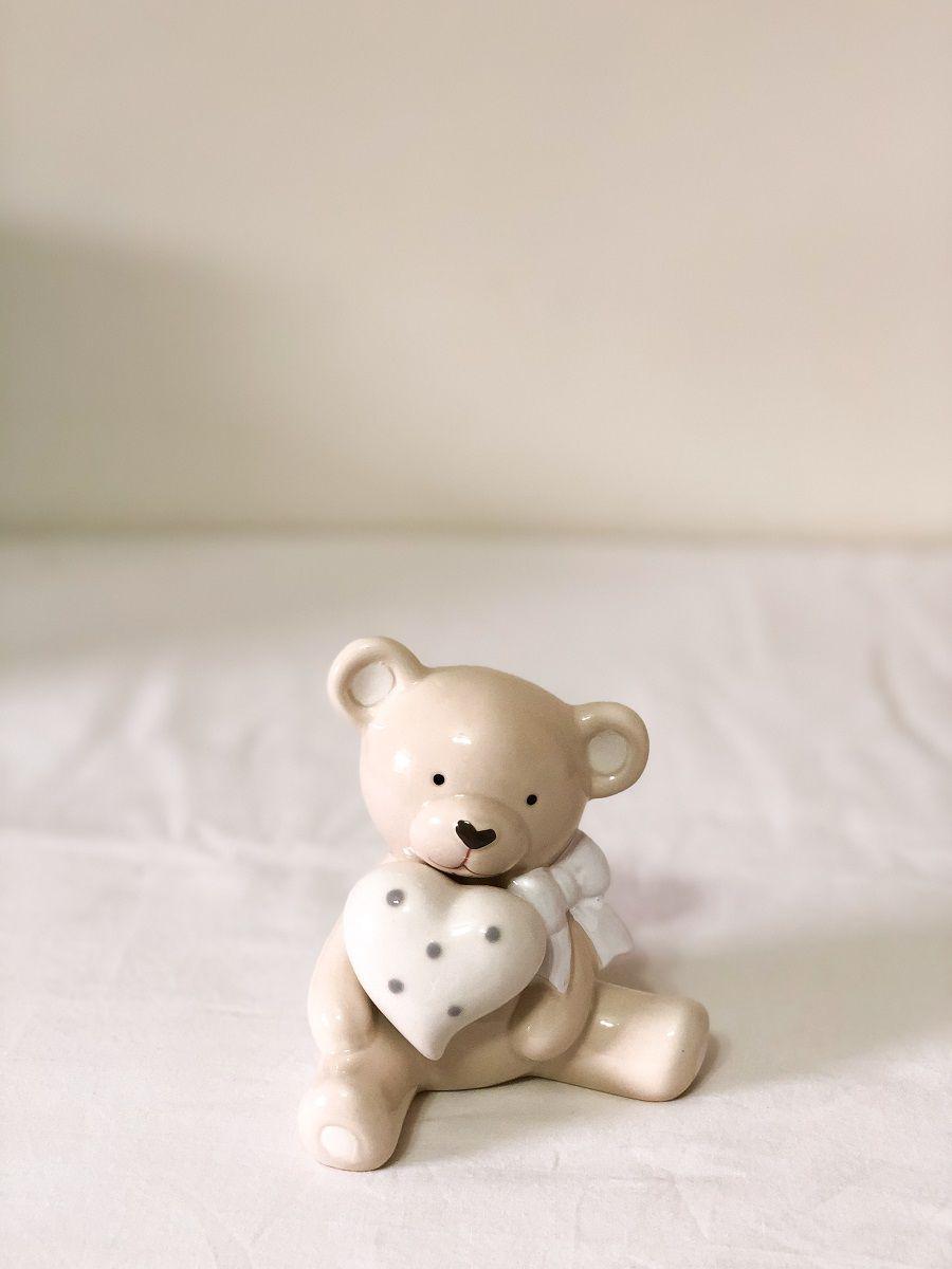 Ursinho sentado de Porcelana Medindo: 9 cm Comp x 9 cm Larg x 11cm Alt.
