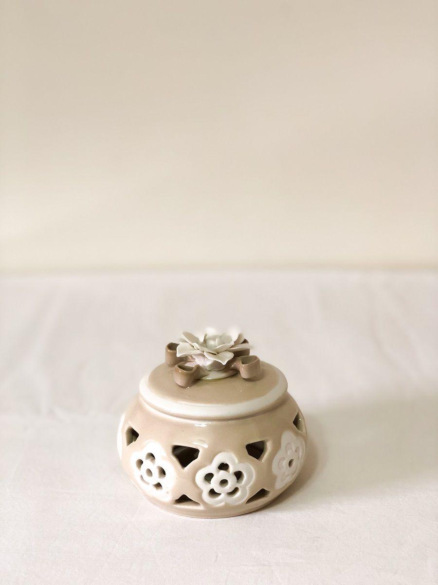 Porta Objetos De Porcelana Bege Medindo: 9cm x 9 cm x 9,5cm